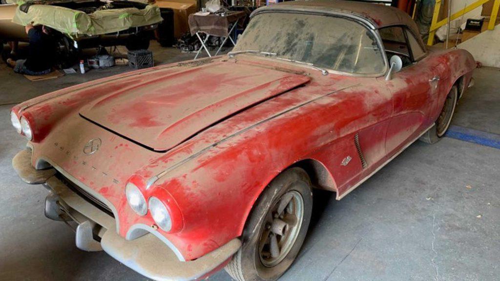 Нашли заброшенный Chevrolet Corvette 1962 года.